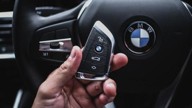 Foto: BMW 320i Sport, Asyik Dikendarai di Jalan Raya dan Sirkuit  (14609)