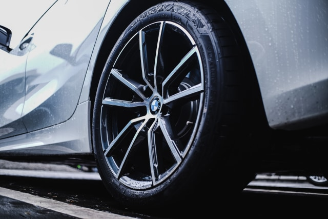 Foto: BMW 320i Sport, Asyik Dikendarai di Jalan Raya dan Sirkuit  (14615)