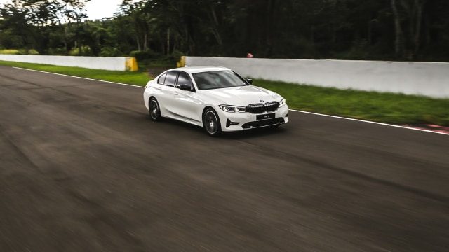 Foto: BMW 320i Sport, Asyik Dikendarai di Jalan Raya dan Sirkuit  (14599)
