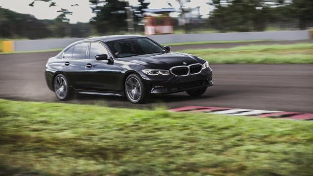 Foto: BMW 320i Sport, Asyik Dikendarai di Jalan Raya dan Sirkuit  (14601)