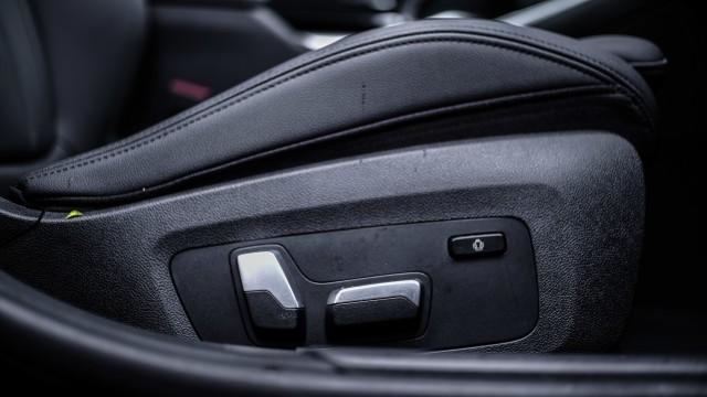 Foto: BMW 320i Sport, Asyik Dikendarai di Jalan Raya dan Sirkuit  (14612)