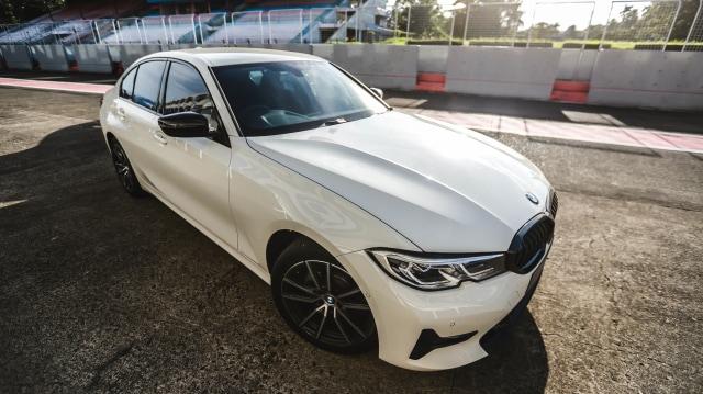Foto: BMW 320i Sport, Asyik Dikendarai di Jalan Raya dan Sirkuit  (14590)