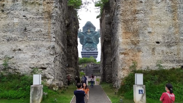 Hari Pertama Dibuka, Ratusan Wisatawan Kunjungi GWK Park di Jimbaran Bali (27136)
