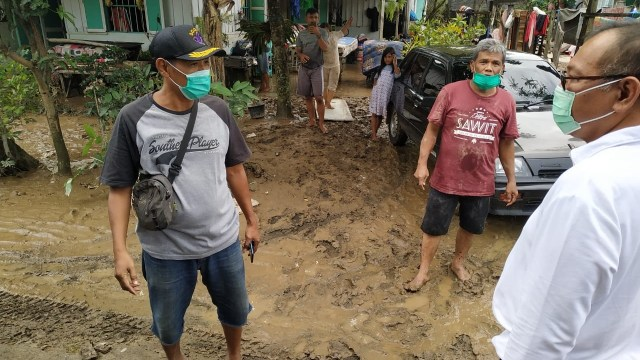Akhyar-Salman di Hari Terakhir Kampanye: Bersepeda dan Temui Korban Banjir Medan (2)