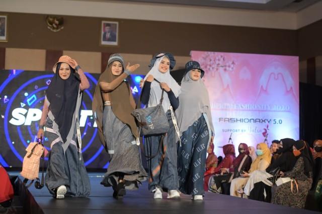 Foto: Parade Busana Muslim 'Modprem Fashionity 2020' Lina Sukijo di Banda Aceh (126849)