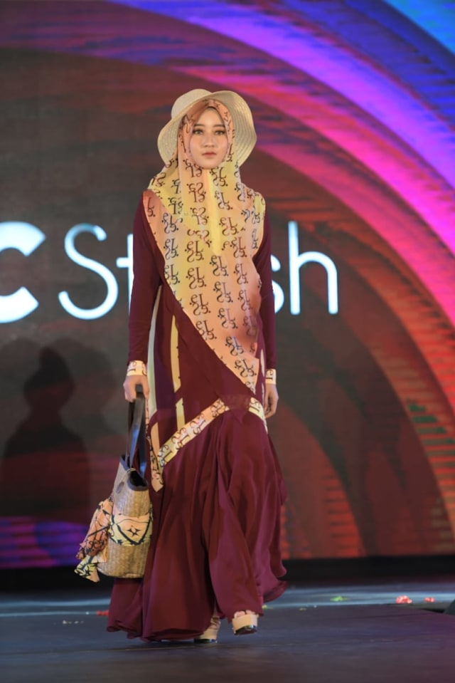 Foto: Parade Busana Muslim 'Modprem Fashionity 2020' Lina Sukijo di Banda Aceh (126856)
