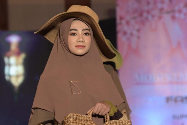 Foto: Parade Busana Muslim 'Modprem Fashionity 2020' Lina Sukijo di Banda Aceh (126853)