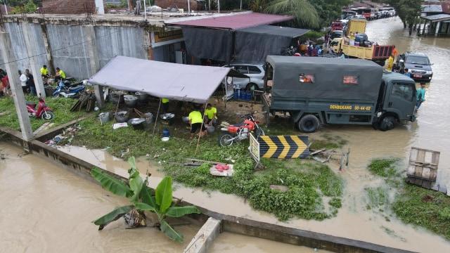 Banjir Aceh: Danrem 011 Lilawangsa Siagakan 'Pasukan Khusus' TNI Bantu Pengungsi (7466)