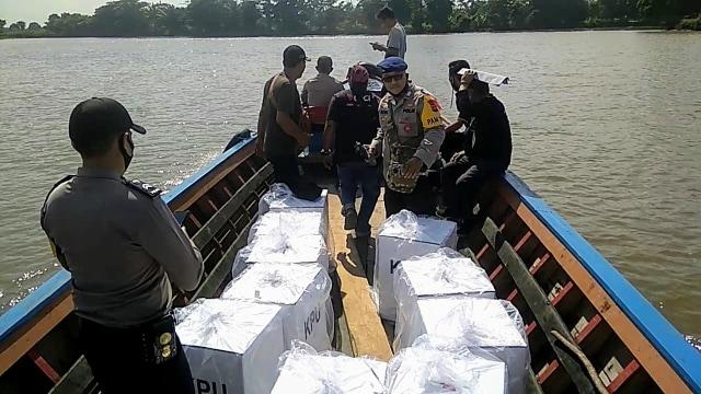 KPU Ogan Ilir Kirim Surat Suara Pakai Perahu ke Daerah Perairan (3364)