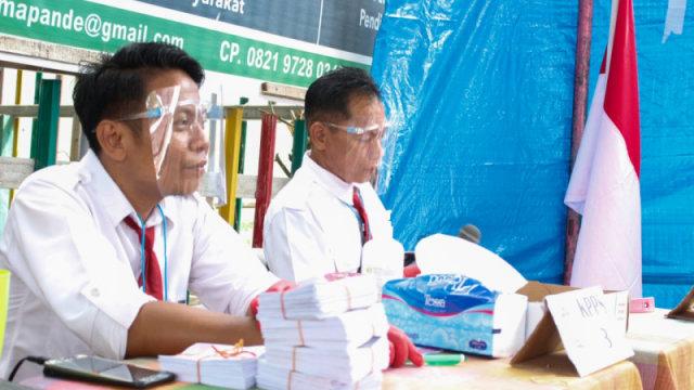 Rindu Sekolah, Petugas KPPS di Palu Memilih Pakai Seragam SD (7063)