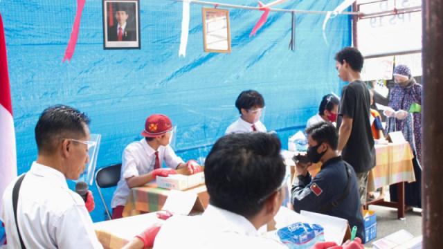 Rindu Sekolah, Petugas KPPS di Palu Memilih Pakai Seragam SD (7064)