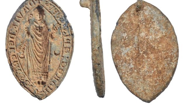 Iseng Cabuti Rumput, Tukang Kebun Ini Temukan Harta Karun Emas Abad ke-15 (28930)