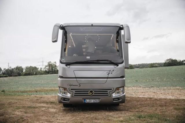Inilah Bus Mewah yang Mirip Rumah Berjalan, Ada 'Garasi' Mobilnya! (109486)