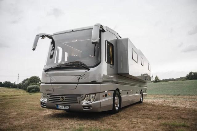 Inilah Bus Mewah yang Mirip Rumah Berjalan, Ada 'Garasi' Mobilnya! (109478)