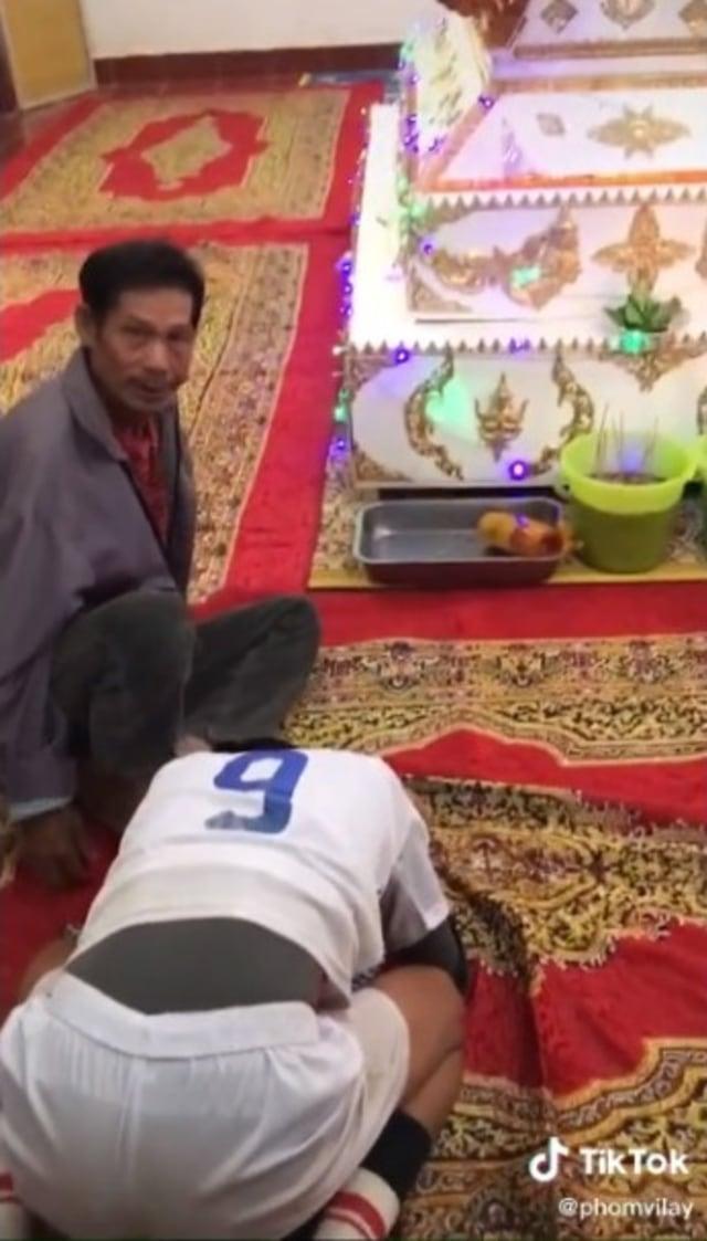 Usai Juara Takraw, Remaja Ini Menangis Histeris Lihat Rumahnya Dipenuhi Pelayat (33602)