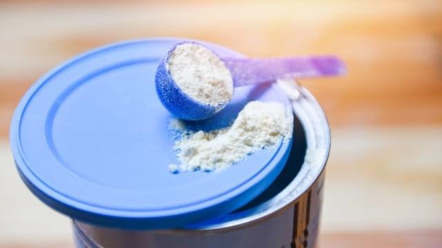 Amankah Mencampur Dua Merek Susu Formula untuk Anak? Begini Kata Dokter (84680)