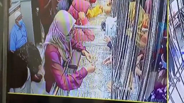Akting Jadi Pembeli yang Banyak Duit, Wanita Ini Curi Emas Senilai Belasan Juta (793787)