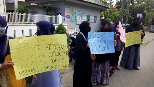 Kepsek SD di Medan Dituding Gay, Orang Tua Demo Khawatir Anak Jadi Korban (43453)