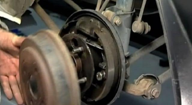 Tips Mudah Hilangkan Bunyi Decitan Rem Belakang Motor Akibat Terkena Hujan (143427)