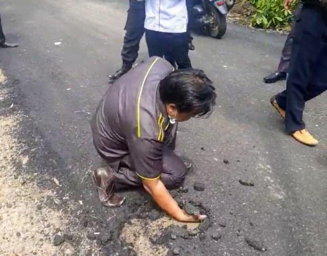 Viral Anggota DPRD di Sumsel Keruk Aspal Pakai Tangan (467296)