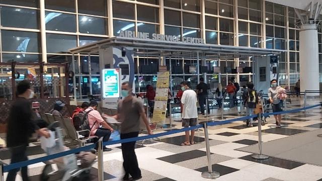 H-1 Larangan Mudik, Ribuan Penumpang Padati Bandara dan Stasiun di Sumut (68023)