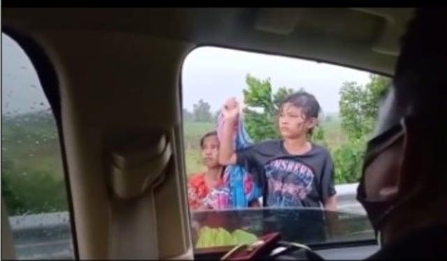 Ibu-ibu Bawa 2 Anak Jalan Kaki Lampung-Jakarta Lewat Tol Sambil Nangis (35381)