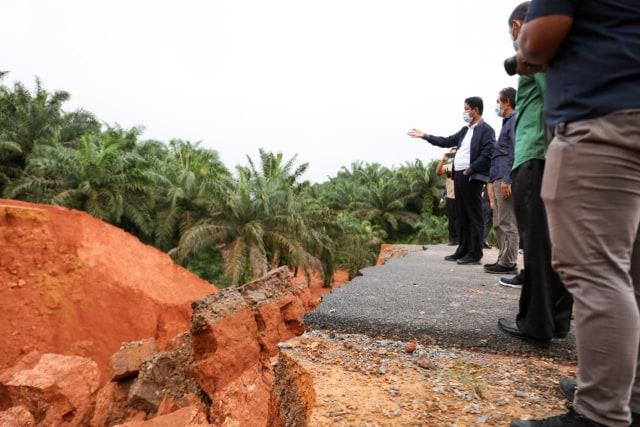 Hasil gambar untuk Isdianto Tinjau Lokasi Banjir dan Longsor di Tanjungpinang dan Bintan