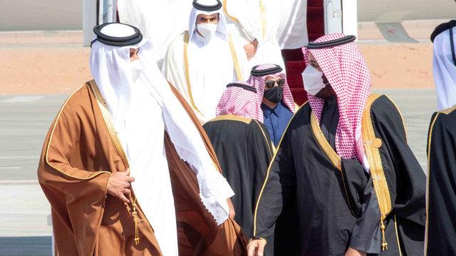 Hadiri KTT, Emir Qatar Tiba di Saudi Disambut Pelukan Pangeran MbS (74807)