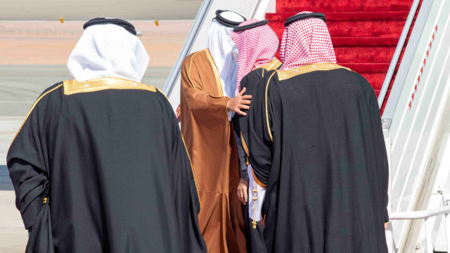 Hadiri KTT, Emir Qatar Tiba di Saudi Disambut Pelukan Pangeran MbS (68546)