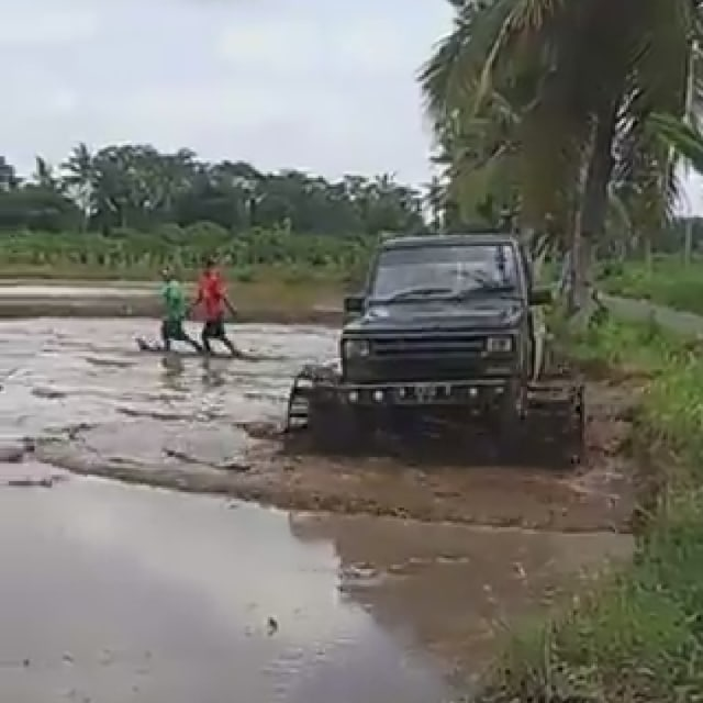 Cuma di Indonesia, Daihatsu Taft Diajak Bajak Sawah!  (4258)