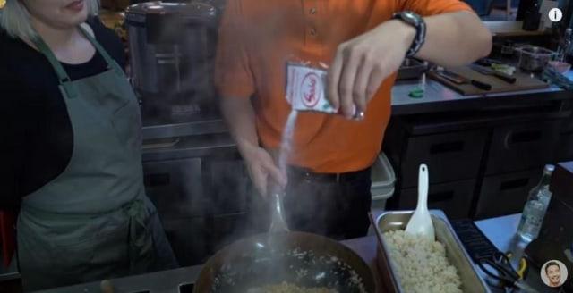 Dipuji Chef Michelin Star, Uncle Roger Ungkap Rahasia Nasi Goreng Buatannya! (439843)