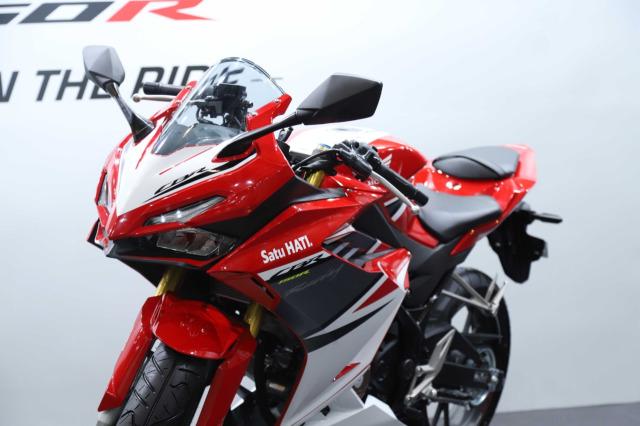 Adu Spek Honda CBR150R vs Yamaha YZF R15, Siapa Unggul?  (184374)