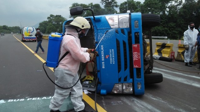 Bus Pasien Corona Terguling di Tol Jagorawi, Disemprot Disinfektan saat Evakuasi (12117)