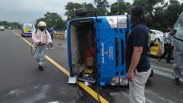 Bus Pasien Corona Terguling di Tol Jagorawi, Disemprot Disinfektan saat Evakuasi (12116)