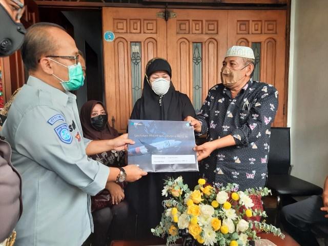 Jasa Raharja Serahkan Santunan ke Pihak Keluarga Co-Pilot Fadly (1249030)