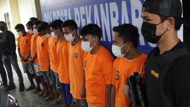 Sekuriti Bandara Jemput dan Tangkap Kurir Narkoba 2 Kg di Dalam Pesawat   (129186)