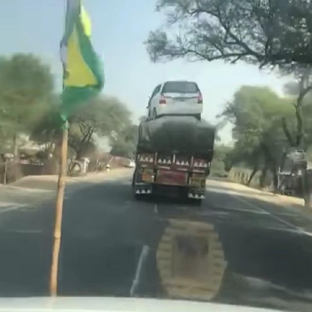 Waduh! Toyota Kijang Innova Diangkut di Atas Truk (428872)
