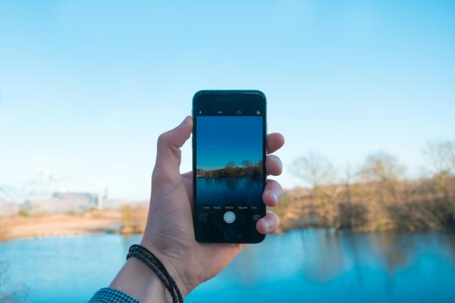 Cara Pegang Handphone Bisa Ungkap Kepribadian Seseorang, Kamu yang Mana? (7841)