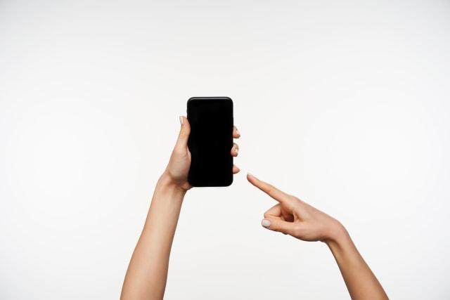 Cara Pegang Handphone Bisa Ungkap Kepribadian Seseorang, Kamu yang Mana? (7842)