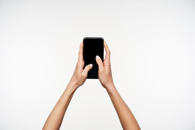 Cara Pegang Handphone Bisa Ungkap Kepribadian Seseorang, Kamu yang Mana? (7843)