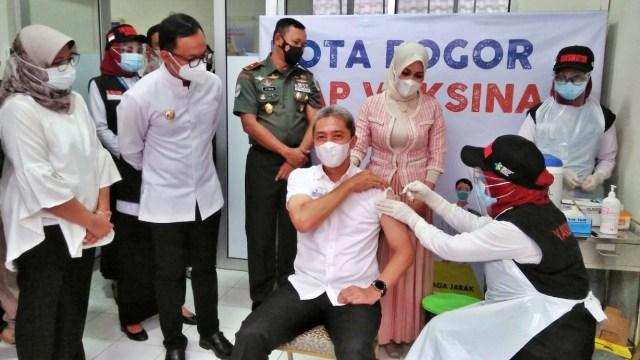 Vaksinasi di Kota Bogor, Wawali Dedie Jadi Orang Pertama yang Disuntik (475046)