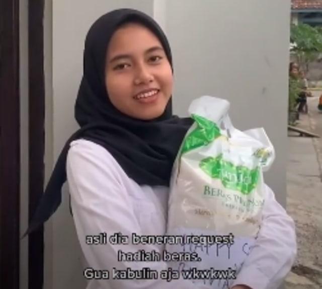 Viral Kisah Perempuan Minta Hadiah Beras Usai Seminar Proposal (26562)