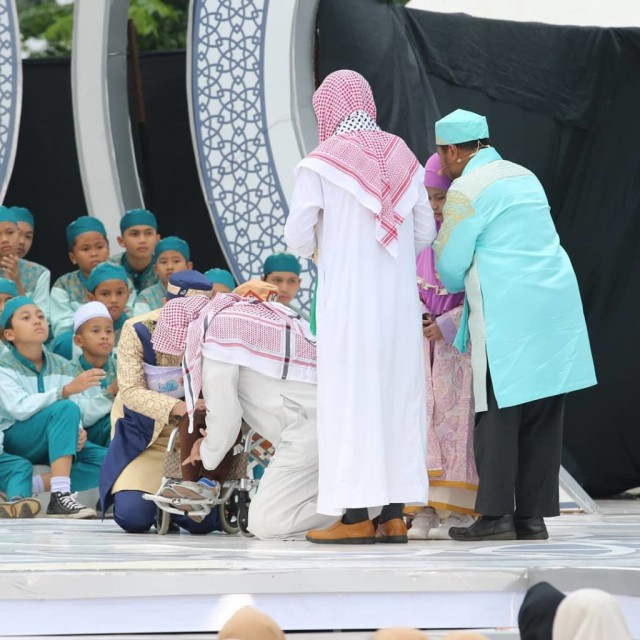 Mengenang Momen Haru saat Syekh Ali Jaber Cium Kaki Bocah Hafiz Lumpuh Otak (428231)