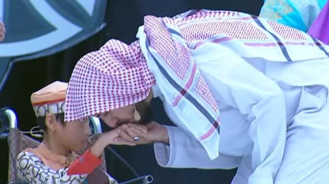 Mengenang Momen Haru saat Syekh Ali Jaber Cium Kaki Bocah Hafiz Lumpuh Otak (428233)