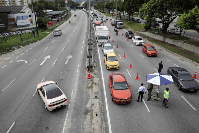 Foto: Pemeriksaan Kendaraan yang Melintas saat Lockdown di Malaysia (66190)
