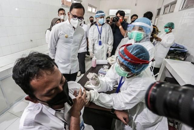 53 Nakes di Bogor Disuntik Vaksin Corona di Puskesmas Tanah Sareal dan RSUD (239029)
