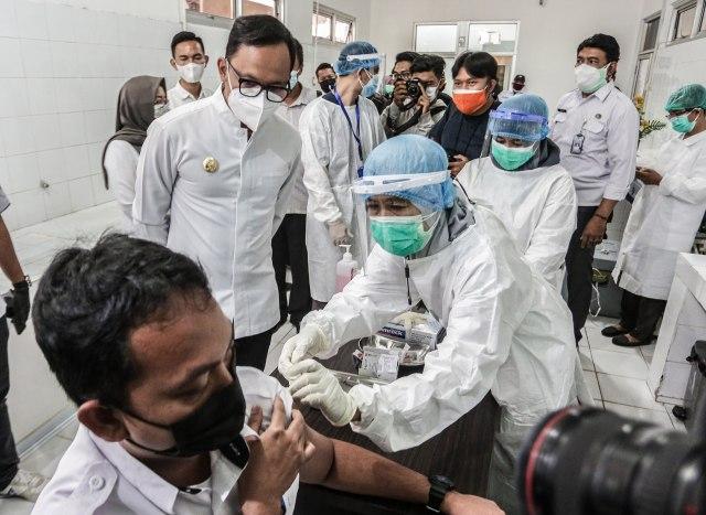 53 Nakes di Bogor Disuntik Vaksin Corona di Puskesmas Tanah Sareal dan RSUD (239030)