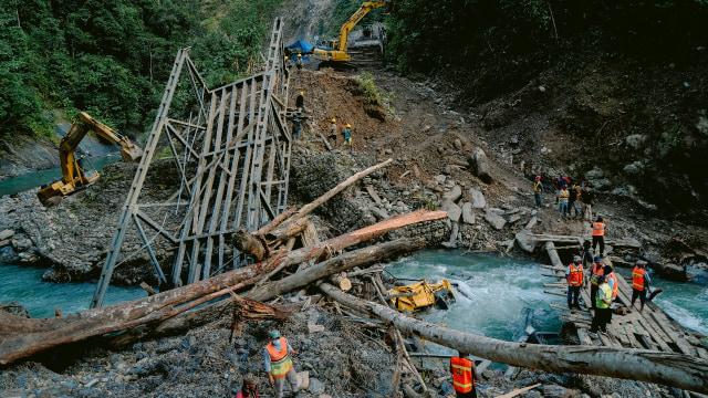 Wamen PUPR Trabas Hutan Cek Longsor dan Jembatan Putus di Jalan Trans Papua (263157)