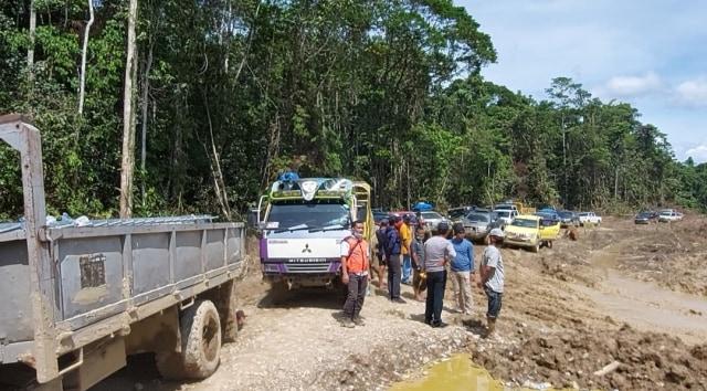 Wamen PUPR Trabas Hutan Cek Longsor dan Jembatan Putus di Jalan Trans Papua (263160)