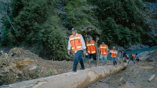 Wamen PUPR Trabas Hutan Cek Longsor dan Jembatan Putus di Jalan Trans Papua (263161)